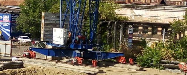 В Омске на три месяца решили приостановить работу опасного башенного крана