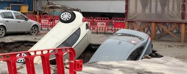 Три машины ушли под землю у ТЦ «Меркурий» в Санкт-Петербурге