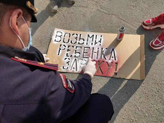 В Магадане на дороги нанесли надписи для пешеходов