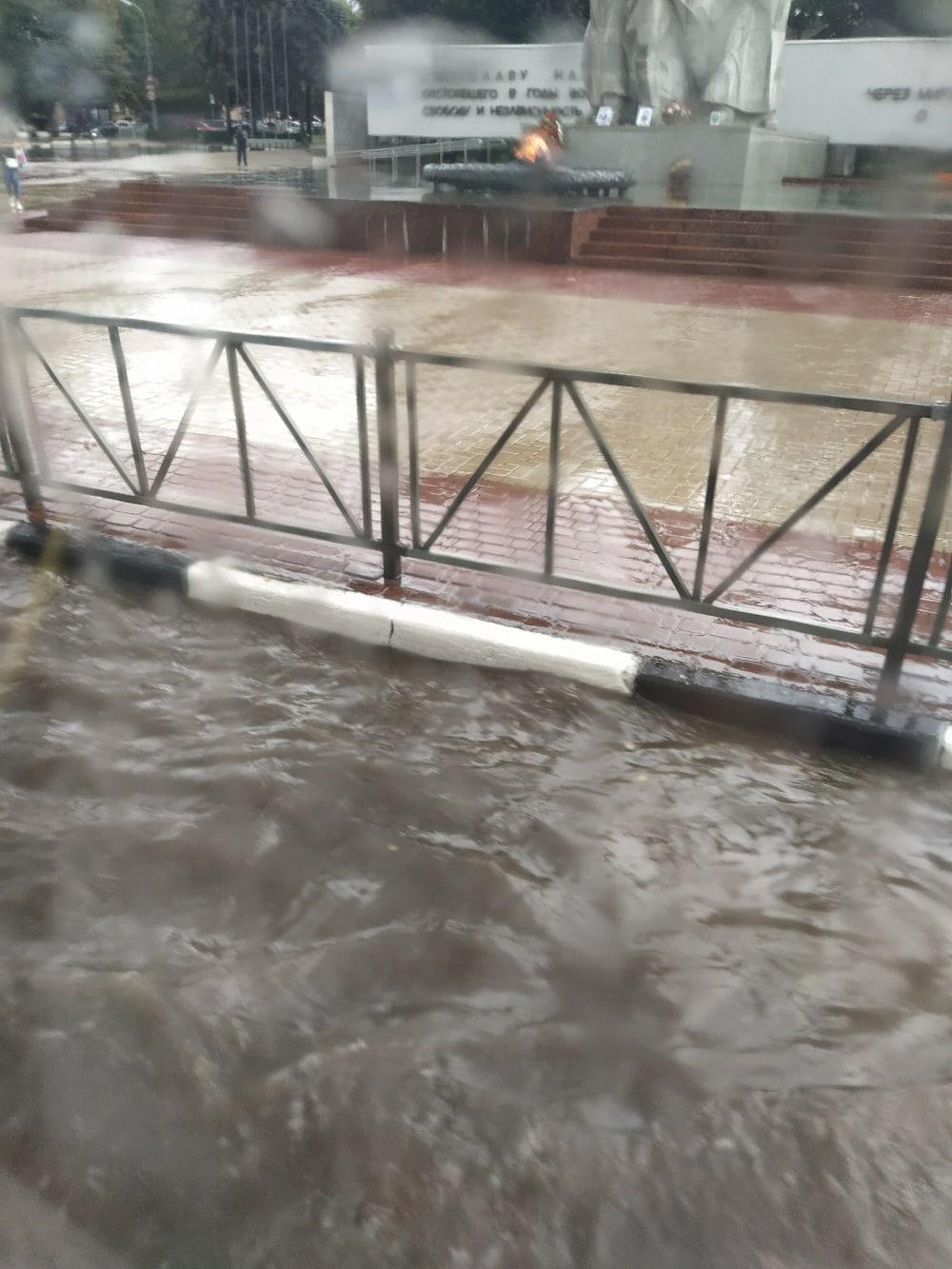 В Рязани выпали ливень и град, которые затопили улицы