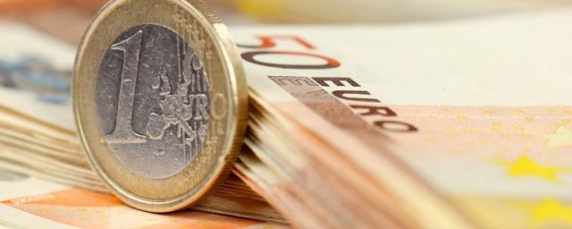 Курс евро в России впервые за месяц вырос до 64 рублей