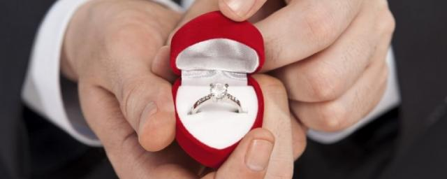 Выбор кольца с бриллиантом перед Днем святого Валентина