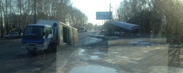 В Томске на улице Мичурина грузовик снес остановку