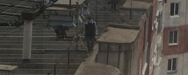 Очевидцы заметили очередных руферов на крыше высотного здания