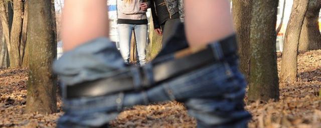 Girls spreading legs toying lesbo