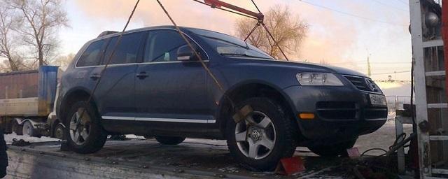 В Москве женщина пыталась отстоять свое авто и залезла на эвакуатор