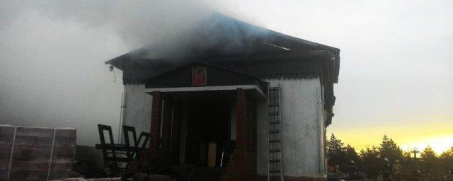В Усть-Заостровке пожарные тушили храм Архистратига Михаила