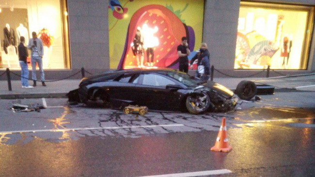 В Москве Lamborghini за 12 млн рублей врезался в витрину ЦУМа