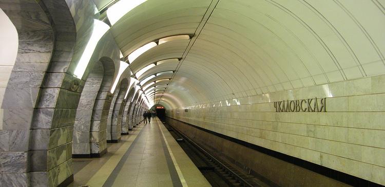 В Москве на станции метро «Чкаловская» человек упал на рельсы