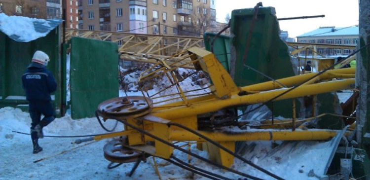 В Тюмени при падении подъемного крана погиб рабочий