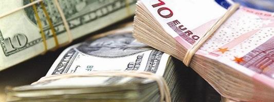 Курс рубля к доллару и евро снизился при открытии торгов