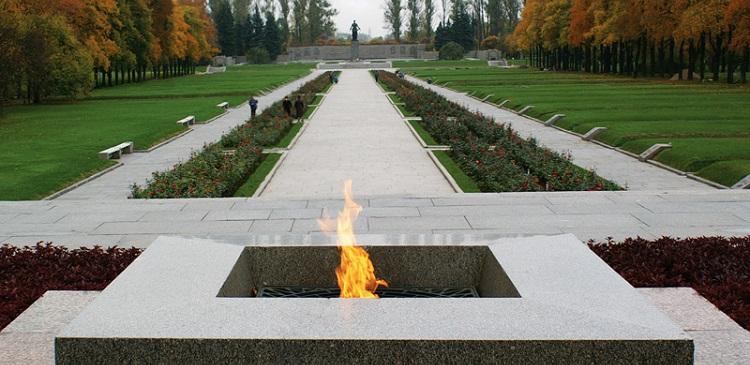 На Пискаревском кладбище торжественно зажгли Вечный огонь