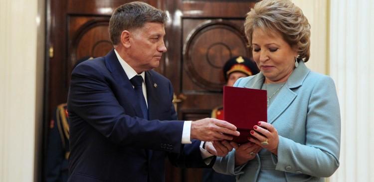 Матвиенко вручили почетный знак за вклад в развитие Петербурга